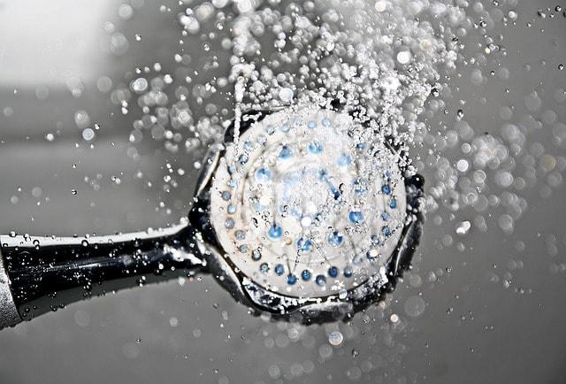Auch beim duschen macht sich eine Wasserverkeimung bemerkbar