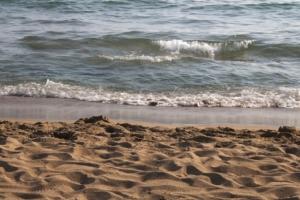 Ein Strand an dem man mit Meerwasserentsalzung arbeiten kann.